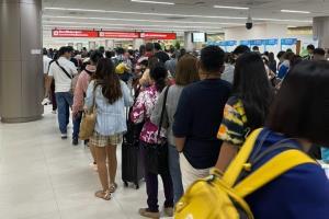 หนาแน่น! สนามบินดอนเมืองขาออก ประชาชนต่างแห่กลับบ้านช่วงหยุดยาวปีใหม่ คุมเข้มมาตรการป้องกันโควิด