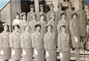 กองทัพพนักงานต้อนรับบนเครื่องบินของแพนแอมซึ่งจบจากการฝึกอบรมตามโปรแกรมในปี 1967  ซึ่งประกอบด้วยสาวอเมริกันจากรัฐต่างๆ และจากเม็กซิโก อังกฤษ สวีเดน และเยอรมนี