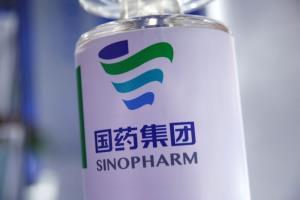 """จีนรับรองวัคซีนต้านโควิดตัวแรกจาก """"บริษัทซีโนฟาร์ม"""""""