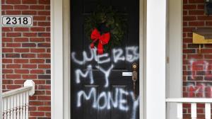 บ้านสองผู้นำรีพับลิกัน-เดโมแครตถูกพ่นสี-สาดเลือดปลอม
