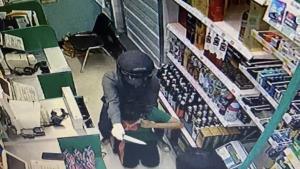 ตร.บ้านบึงตามรวบคนร้ายบุกเดี่ยวใช้มีดจี้ชิงทรัพย์ร้านโลตัสเอ็กซ์เพรส บ้านหนองเขิน