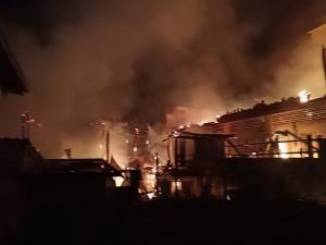 ระทึก!! ถ.ปากแพรก กลายเป็นทะเลเพลิงเผาไหม้ห้องแถว 13 หลัง โชคดีไร้เจ็บ-ตาย