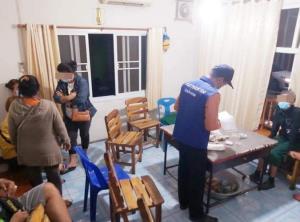 พองาม! ปกครองร่วมตำรวจบุกทลายบ่อนเล็กๆ กลางเมืองนครพนม จับคนเล่นได้ 10 ชีวิต