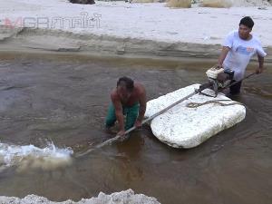 ประมงพื้นบ้านชุมชนเก้าเส้งสร้างเรือผลักดันน้ำแบบง่าย ผลักดันน้ำและทรายออกสู่ทะเล