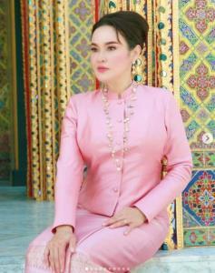 """พร้อมหน้าครอบครัว """"ใหม่ เจริญปุระ"""" สวมชุดไทยสุดงดงามทำบุญวันเกิดอายุ 52"""