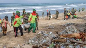 """""""หาดดังบาหลี"""" เจอคลื่นพัดขยะเข้าฝั่งจนกลายเป็น """"ชายหาดขยะ"""" สะท้อนวิกฤติขยะในทะเล"""