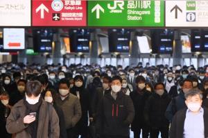 ผู้คนยังคลาคล่ำ ณ สถานีรถไฟในกรุงโตเกียว