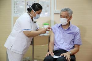 สร้างความเชื่อมั่น! 'นายกฯ สิงคโปร์' เข้ารับวัคซีนป้องกันโควิด-19