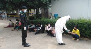 ตร.สระแก้วนำ 19 แรงงานกัมพูชาถูกนายหน้าหลอกทิ้งป่าลำไยตรวจหาโควิด-19 ก่อนผลักดันกลับประเทศ