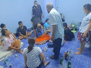 ตำรวจ สภ.ศรีราชา รวบ 9 นักพนันตั้งวงเล่นป๊อกเด้ง ฝ่าฝืน พ.ร.บ.โรคติดต่อ