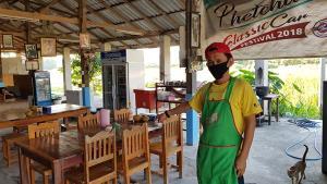 เจ้าของร้านอาหารตามสั่งชะอำเจอมิจฉาชีพใช้แบงก์ปลอมจ่ายค่าอาหาร ฝากเตือนพ่อค้าแม่ค้าระมัดระวัง
