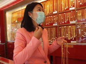 พลิกวิกฤตเป็นโอกาส ร้านทองเมืองจันท์ผลิตสายคล้องหน้ากากอนามัยทองคำออกขาย สร้างรายได้ช่วงโควิด-19