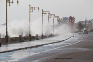 ประจวบฯ คลื่นสูง 2-4 เมตร ซัดชายหาดประจวบฯ ตลอดแนว ทำให้น้ำทะเลไหลทะลักเข้าท่วมผิวการจราจร