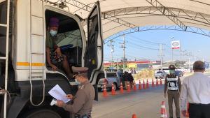 ชลบุรี-บางละมุงเข้มคัดกรองถนนเศรษฐกิจเชื่อมระยอง เน้นดูใบอนุญาตเดินทางไม่มีไล่กลับทันที