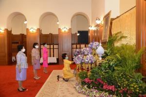 """สมเด็จเจ้าฟ้าฯ กรมพระศรีสวางควัฒน โปรดเกล้าฯ ให้เชิญแจกันดอกไม้ไปทูลเกล้าฯ ถวายพระพร """"กรมสมเด็จพระเทพฯ"""""""