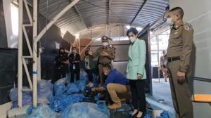"""ปคบ.-อย.บุกค้นบ้านเช่า""""นุ๊ก สุทธิดา"""" เชื่อมโยงแก๊ง""""พันธ์ยศ""""ตั้งโรงงานย้อมสีถุงมือยางใช้แพ็คขายใหม่"""