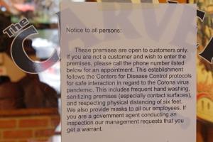 ร้านคาร์เวอร์ แฮงการ์ ในเมืองบอริ่ง รัฐออริกอน เป็นอีกแห่งหนึ่งที่เปิดรับลูกค้าเข้าไปรับประทานอาหารข้างในร้าน ซึ่งเป็นการท้าทายมาตรการห้ามปรามของทางการ ทั้งนี้ประกาศของงทางร้านบอกว่า ในร้านมีการปฏิบัติตามคำแนะนำเรื่องการทำความสะอาด และกฎเว้นระยะห่างทางสังคมอย่างเคร่งครัด   ถ้าเป็นเจ้าหน้าที่มาตรวจ ก็ขอให้นำเอาหนังสือรับรองมาด้วย  อย่างไรก็ตาม ในความเป็นจริง ทางร้านไม่ได้กำหนดให้ลูกค้าต้องสวมหน้ากากป้องกันแต่อย่างใด (ภาพถ่ายเมื่อ 6 ม.ค.)