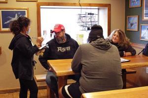 พนักงานเสิร์ฟของร้านคาร์เวอร์ แฮงการ์ ในเมืองบอริ่ง รัฐออริกอน รับออร์เดอร์จากลูกค้า ซึ่งไม่ได้สวมหน้ากากป้องกัน (ภาพถ่ายเมื่อ 6 ม.ค.)
