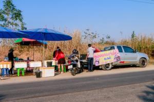 แม่ค้าอาหารทะเลนครสวรรรค์หอบของหนีตลาดนัดขายริมทาง คนแห่ซื้อตรึม