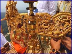 ข้าวของมีค่าที่ชาวพม่าถวายไว้ที่ยอดฉัตรพระธาตุอินทร์เเขวน (ภาพ : เพจ ไหว้พระพม่า)