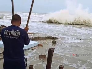 ทัพเรือภาค 2 เร่งนำกำลังลงช่วยเหลือชาวระโนด หลังถูกคลื่นซัดบ้านพังเสียหาย