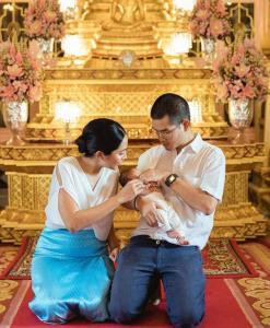 """""""หญิงแม้น"""" รับขวัญลูกชายหนึ่งเดือน โดยพระสังฆราชฯ ทรงขลิบผม"""