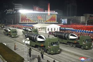 กลัวโลกลืม! เกาหลีเหนือจัดพิธีสวนสนามโชว์อาวุธเพียบ อวดโฉมขีปนาวุธตัวใหม่ยิงจากเรือดำน้ำ