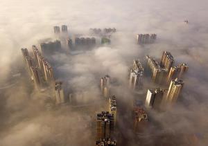 ตึกสูงทะลุหมอกในกุ้ยโจว (ภาพ : ซินหัว)
