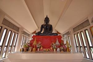 หลวงพ่ออู่ทอง เป็นพระพุทธรูปก่ออิฐถือปูนปิดทองปางมารวิชัย