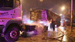 ระทึกกลางดึก! รถบรรทุกพ่วงยางระเบิดไฟลุกท่วม โชคดีควบคุมเพลิงได้ทัน