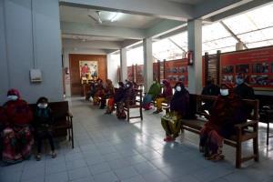 ยังคงเปิดให้บริการแก่ให้ผู้ป่วยชาวอินเดียท้องถิ่นสามารถเข้ารักษาพยาบาลได้ฟรีทุกวันพระ (ภาพ : เพจวัดไทยกุสินาราเฉลิมราชย์)
