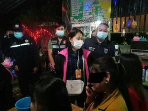 งามไส้!บก.ปคม.บุกจับร้านอาหารเมืองพิษณุโลก 8 กระทง พบนำเด็กสาว 15 บริการนั่งตัก-กอดลูกค้าถึงโต๊ะ