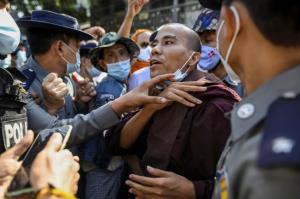 ตำรวจพม่าปะทะกลุ่มหนุนพระชาตินิยมสุดโต่งชุมนุมร้องศาลเร่งไต่สวนหลังคดีนิ่งข้ามปี