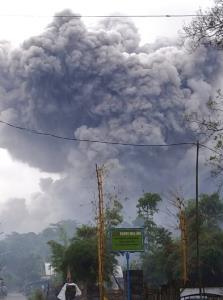 ภาพสุดสะพรึง! ภูเขาไฟปะทุในอินโดฯ พ่นเถ้าถ่านดำทะมึนสูงเสียดฟ้า (ชมคลิป)