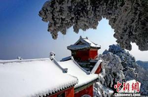 หิมะสีขาวตัดกับสถาปัตยกรรมสีแดง (ภาพ ซินหัว)