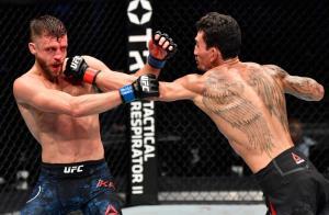 ฮอลโลเวย์ สอนเชิง กัตตา ต้อนแต้มขาดลอย ศึก UFC Fight Night