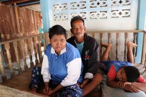 ครอบครัวอยากไร้ชาวอ่างทอง วอนขอความช่วยเหลือ มีรายได้วัน300 บาท ดูแล5ชีวิต บ้านก็กำลังจะถูกยึด
