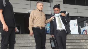 """ศาลจำคุก 4 ปี 6 เดือน """"สิรภพ"""" หรือ """"รุ่งศิลา"""" นักเขียนเสื้อแดงผิดมาตรา 112 แต่เคยถูกขังเกินแล้วจึงไม่ต้องนอนคุกอีก"""