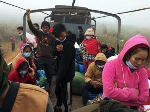 รถบรรทุก 12 ล้อ มารับคนงานทั้ง 151 ไปส่งยังเมืองตองจี