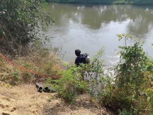 นาทีระทึก!! ทีมจับจระเข้ปะทะกันในระยะกระชั้นชิด สุดท้ายทั้งคนและจระเข้ต่างว่ายน้ำหนี