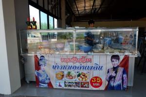 """""""วัฒน์ ศิวดล"""" พระเอกหมอลำเจอพิษโควิดคิวแสดงถูกยกเลิกหมด เปิดร้านขายขนมจีนหาเลี้ยงครอบครัว"""