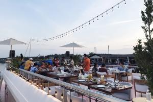 """""""ซีแองเจิล"""" พลิกวิกฤตโควิด-19 ปลุกเรือครุยซ์นำเที่ยว เป็นคาเฟ่-ร้านอาหาร """"Sea Angel Boat Club"""" รองรับคนภูเก็ต-นักท่องเที่ยว (ชมคลิป)"""