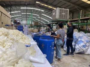 ทลายโกดังลักลอบนำถุงมืออเนกประสงค์ย้อมแมวเป็นถุงมือแพทย์ มูลค่ากว่า 8 ล้านบาท
