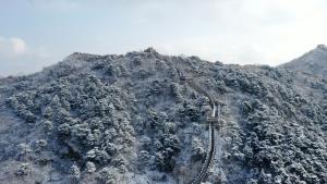 กำแพงเมืองจีน (ด่านมู่เถียนอวี้) ปักกิ่ง ยามหิมะปกคลุมขาวโพลน (ภาพ : ซินหัว)