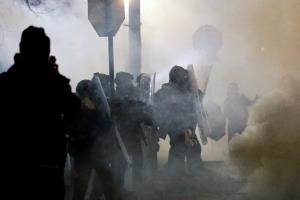 """คงไม่สงบ! ผู้ประท้วงต้านพิธีสาบานตน """"ไบเดน"""" อาละวาดทำลายอาคาร-ปะทะตำรวจใน 2 เมือง (ชมคลิป)"""