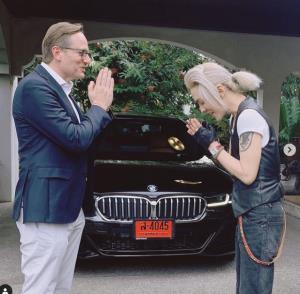 """อู้ฟู่ """"ดัง พันกร"""" ถอยรถหรู BMW 5 Series แถมผู้บริหารมาส่งถึงหน้าบ้าน"""