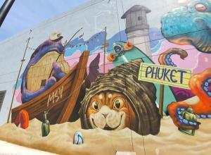 """""""มวย ปิยศักดิ์ เขียวสะอาด"""" ศิลปิน Street Art Graffiti สร้างสรรค์ผลงานศิลปะบนผนังอาคาร """"ปอร์โต เดอ ภูเก็ต Graffiti Wall Art"""""""