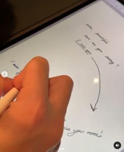 """ถ้าจะขนาดนี้หลังโควิดแต่งเลยจ้า! เมื่อ """"แต้ว-ไฮโซณัย"""" แข่งเขียนลายมือคำว่า I miss you more"""