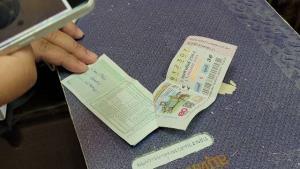 เฮลั่นสนั่นตลาด! ปลัดแม่สอดหนุ่มโสดดวงเฮง ซื้อหวยเหลือค้างแผงถูกรางวัลที่ 1 รวยทันที 12 ล้าน