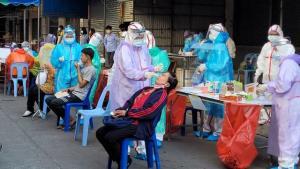 ลุ้นผลวันนี้! จนท.ปิดตลาดแม่สอดตรวจโควิด หลังพบพ่อค้าวัย 73 ติดเชื้อยกครัว ทำพยาบาลติดด้วย